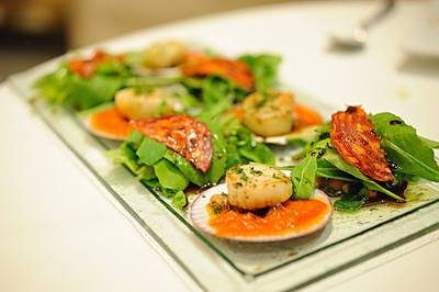 USA Diving Boat: Seared Scallop with Salami ที่ ร้านอาหาร Amici by Pomodoro