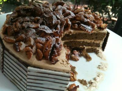 Coffee cake topped with caramel cashew nut ที่ ร้านอาหาร Maison Chin