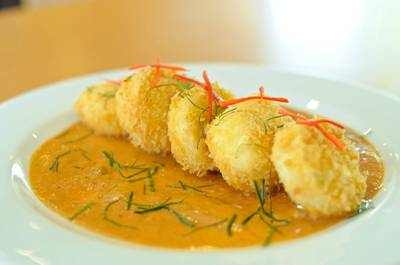 Crispy tofu with red curry sauce ที่ ร้านอาหาร Amigos Restaurant