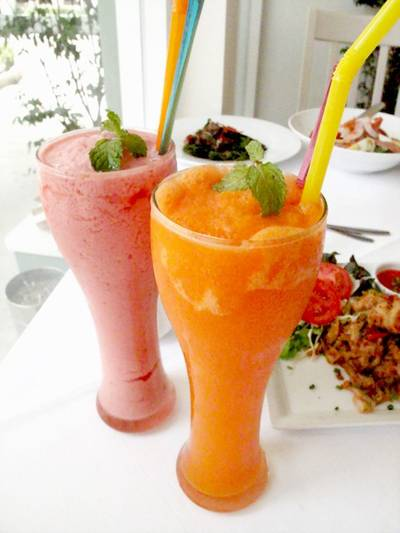 (ขวา) Mix Berry Smoothies  (ซ้าย) Freshy Smoothies  ที่ ร้านอาหาร The Anna Restaurant & Art Gallery