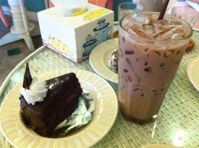 Chocolate Fudge Cake [60฿] + Iced Chocolate [40฿] ที่ ร้านอาหาร Mai bakery in garden
