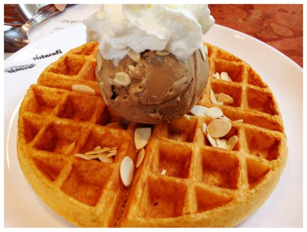 waffle and soy coffee ice cream ที่ ร้านอาหาร Vista Cafe The Circle