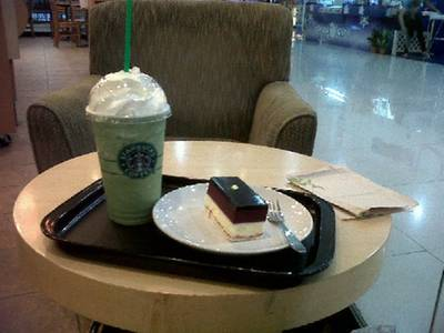 my fav menu; Green tea frappe w/ Blueberry cheese cake ที่ ร้านอาหาร Starbucks Major ปิ่นเกล้า