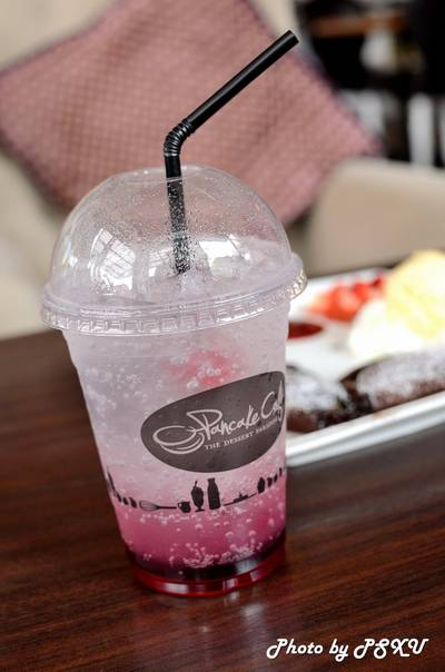 Sunday Kiss (Strawberry Soda) 85 บาท  ที่ ร้านอาหาร Pancake Cafe The Circle