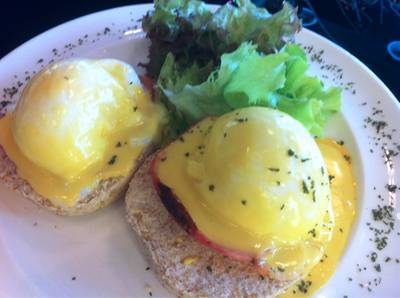 Egg Benedict with Bacon (240Baht)   Chu