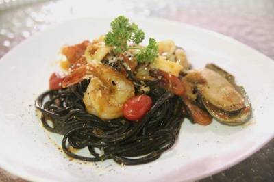 Spaghetti Squid Ink Garlic & Chilli with Seafood ที่ ร้านอาหาร Aree Alley