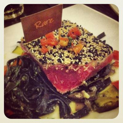 Tuna Steak Rare ที่ ร้านอาหาร Wine Connection Deli & Bistro K-Village