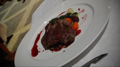 Pan seared beef tenderloin  with pink peppercorns ที่ ร้านอาหาร Vivaldi - Amari Atrium Hotel