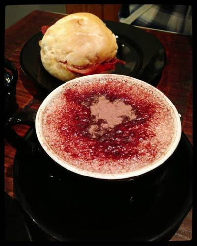 Bacon Bap & Hot Chocolate  ที่ ร้านอาหาร West Cornwall Pasty Co.