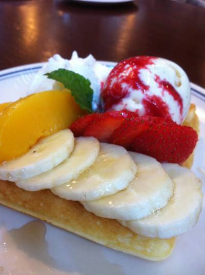 Strawberry Banana & Peach Waffle ที่ ร้านอาหาร On the table tokyo café Central World