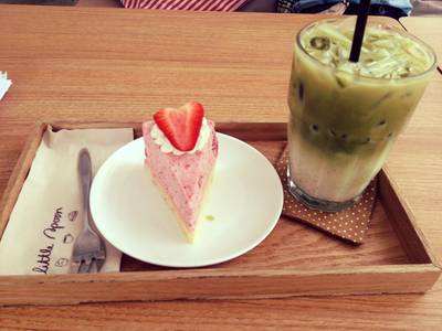 strawberry mousse , grean tea late'  ที่ ร้านอาหาร Little Spoon