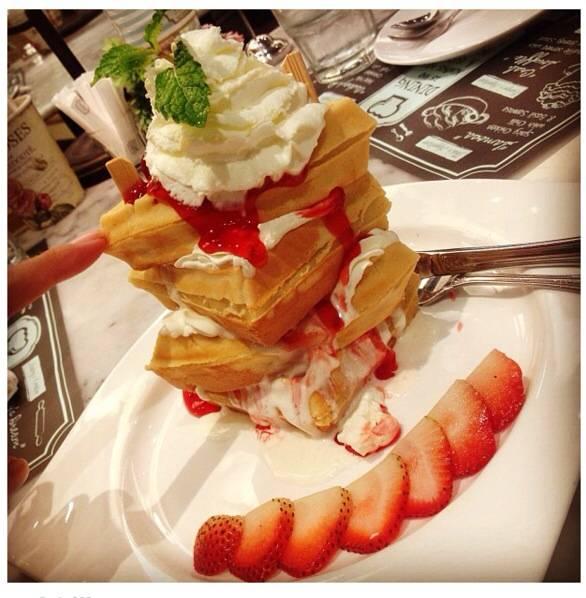 Strawberry Trifle Waffle ที่ ร้านอาหาร Petite ...