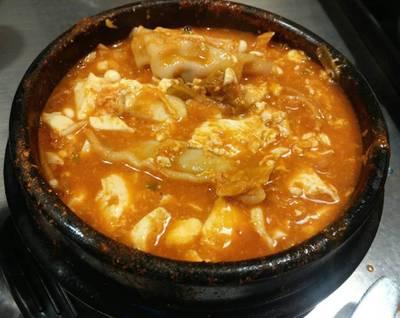 Soondubu Soft Tofu + เกี๊ยว (หลังจากคนไข่ดิบให้เข้ากันแล้ว)  ที่ ร้านอาหาร BonChon Chicken Esplanade Ratchadapisek