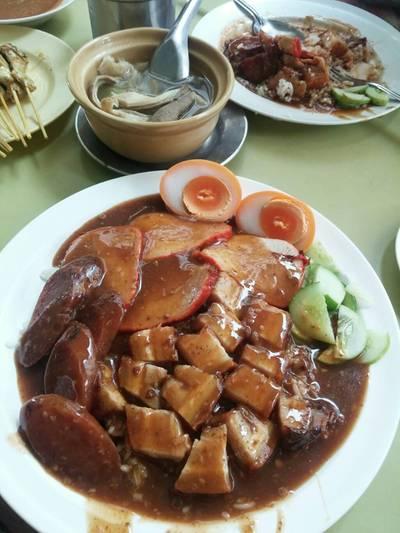 ข้าวหมูแดงพิเศษ+ไข่ เทียบขนาดให้ดูกับจานธรรมดาด้านหลังซะเลย ^^ ที่ ร้านอาหาร ข้าวหมูแดงสีมรกต