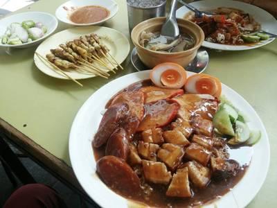 ข้าวหมูแดงพิเศษ+ไข่ ลองเทียบขนาดกับจานอื่นๆให้ดู  ที่ ร้านอาหาร ข้าวหมูแดงสีมรกต